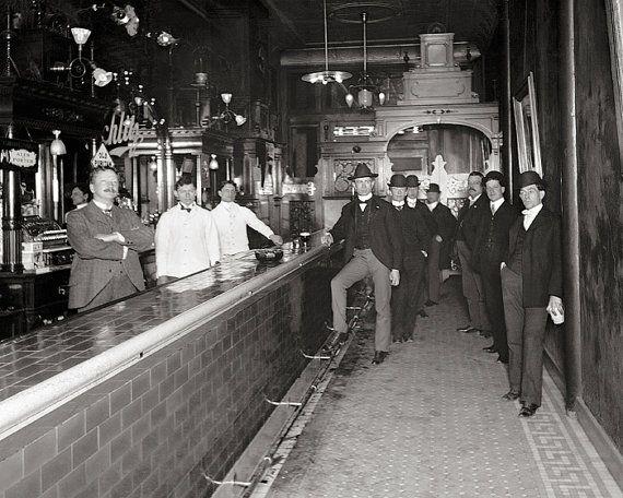 Colegas en el Bar, 1910. Descargar foto de época. Fotografía blanco y negro. Salón, bar, taberna, cerveza, vino, whisky, coctel.