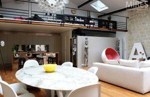 loft moderne avec formes rondes et esprit scandinave allié à la décoration industrielle. Coup de coeur pour la table en marbre ronde !