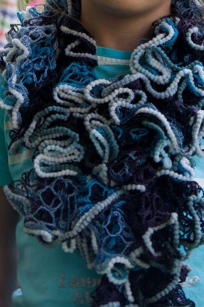 Wunderschöner Rüschenschal aus blau, violett und schwarz mellierter ...