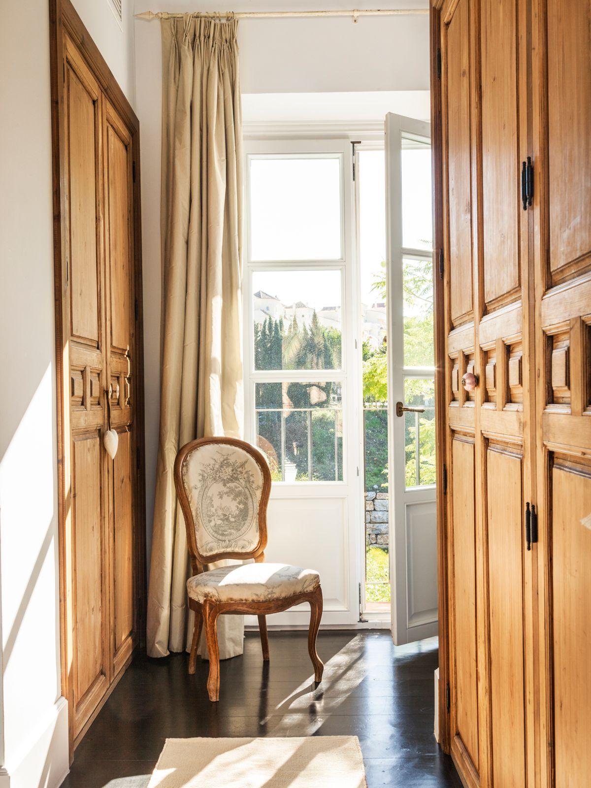 Vestidor con puertas de madera antiguas, silla y ventana (00424488 ...