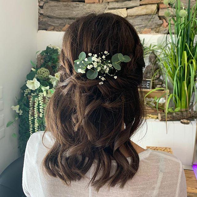 """HAIR•BALAYAGE•AUSBILDUNG on Instagram: """"Hochzeitsgast Styling 🍃✨ designed by @lau_schi_ekk_ 💕 Kopfdesign for @vreneli91 🥰 Blumenschmuck echt: Eukalyptus & Schleierkraut 🍃 Locken…"""""""