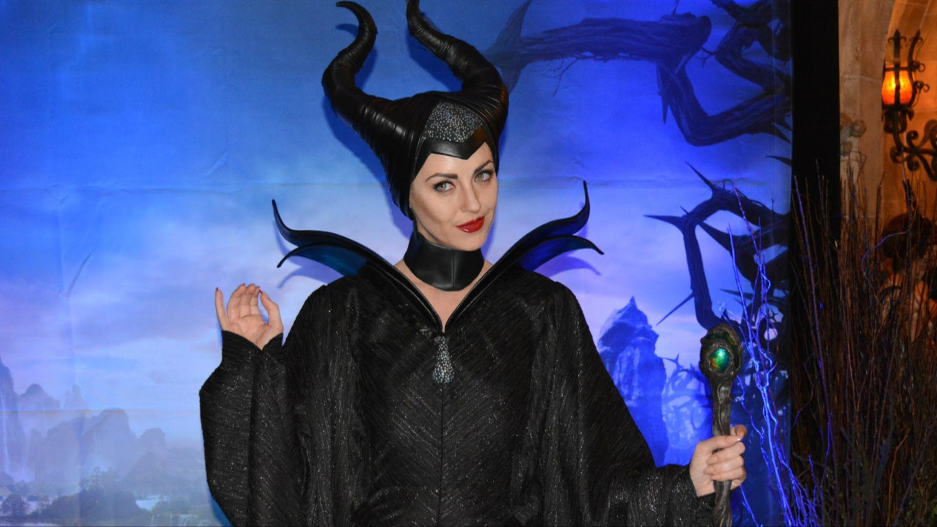 Video Maleficent Meet Greet Face Character Angelina