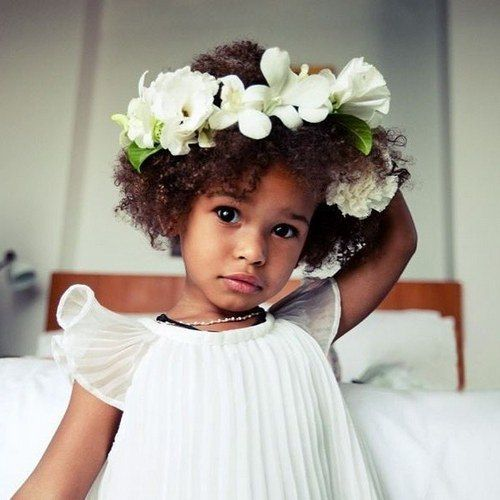 20 flawless flower girl hairstyles blumenkinder hochzeit blumenkranz und blumenm dchen. Black Bedroom Furniture Sets. Home Design Ideas