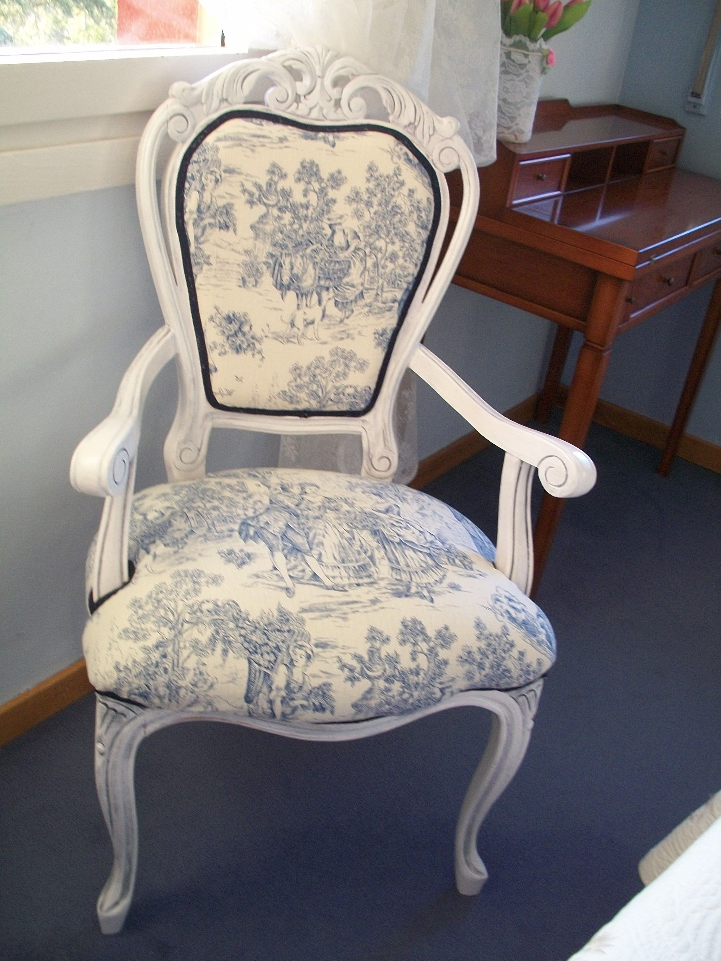 Silla isabelina lacada en blanco con p tina azul y tela de for Muebles romanticos blancos