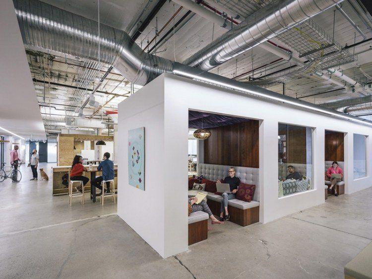 Les designers ont mis au monde une conception révolutionnaire de bureau moderne installé dans un espace de travail lumineux qui casse complètement avec l