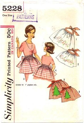 Simplicity 5228 Mother-Daughter aprons with optional Christmas tree applique