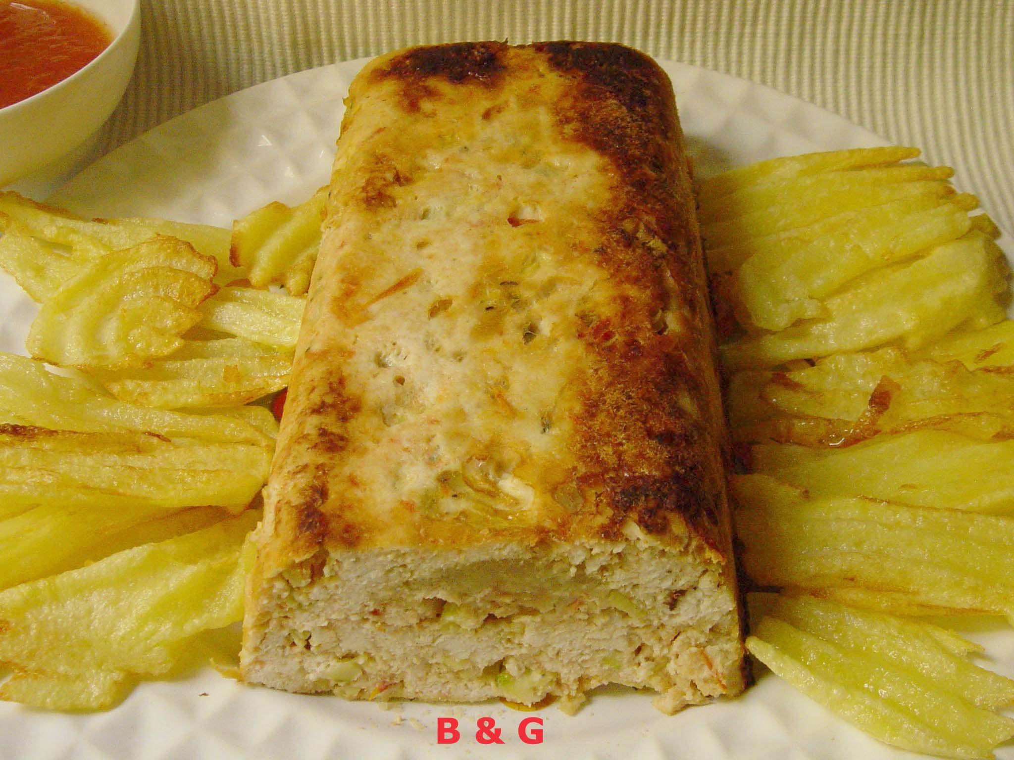 Nos encantó esta receta, y como sobró, comimos al día siguiente yaún estaba más buena. Ingredientes (4 personas): 500 g. de pechugas de pollo ½ taza de pan rallado sin gluten 2 calabacines pequeño...