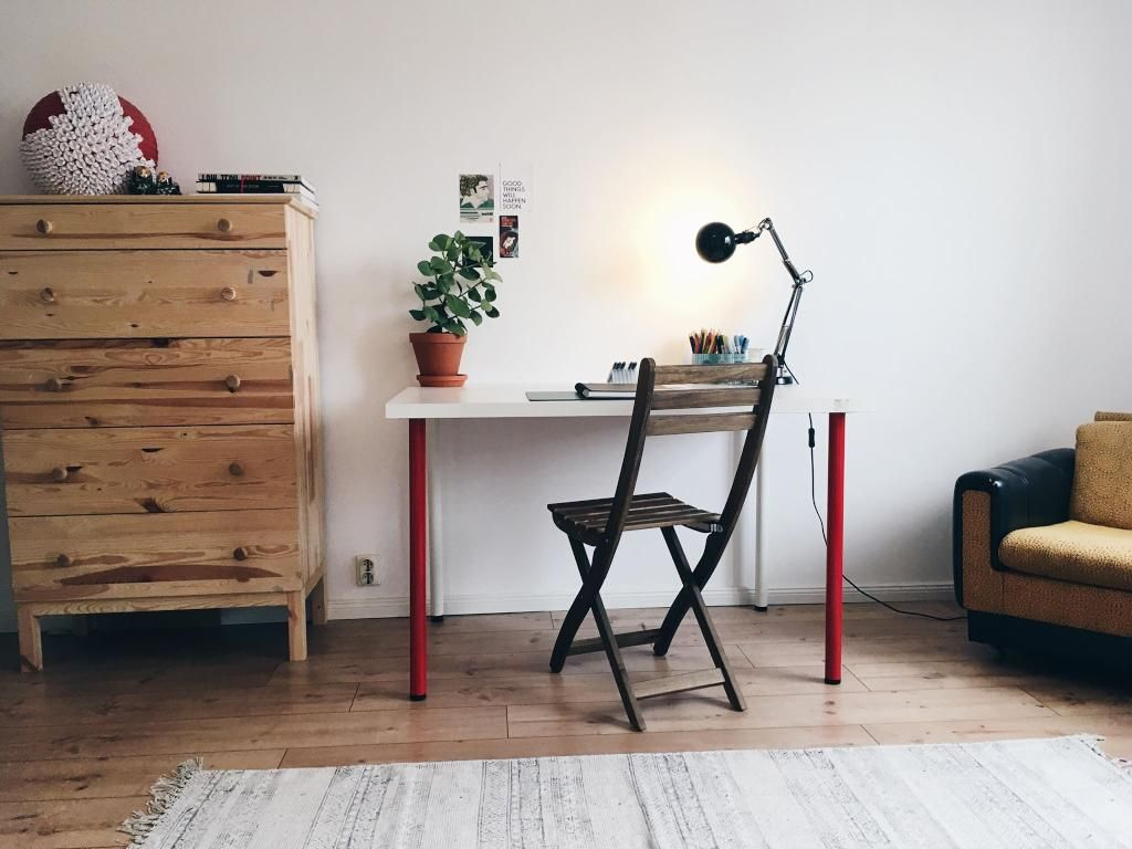 Kleines Arbeitszimmer ~ Modern minimalistisches arbeitszimmer mit schwarzem schreibtisch und