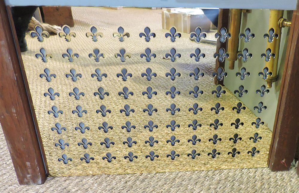 grille d 39 a ration en laiton r alis e sur mesure avec un motif de fleurs de lys grille d. Black Bedroom Furniture Sets. Home Design Ideas