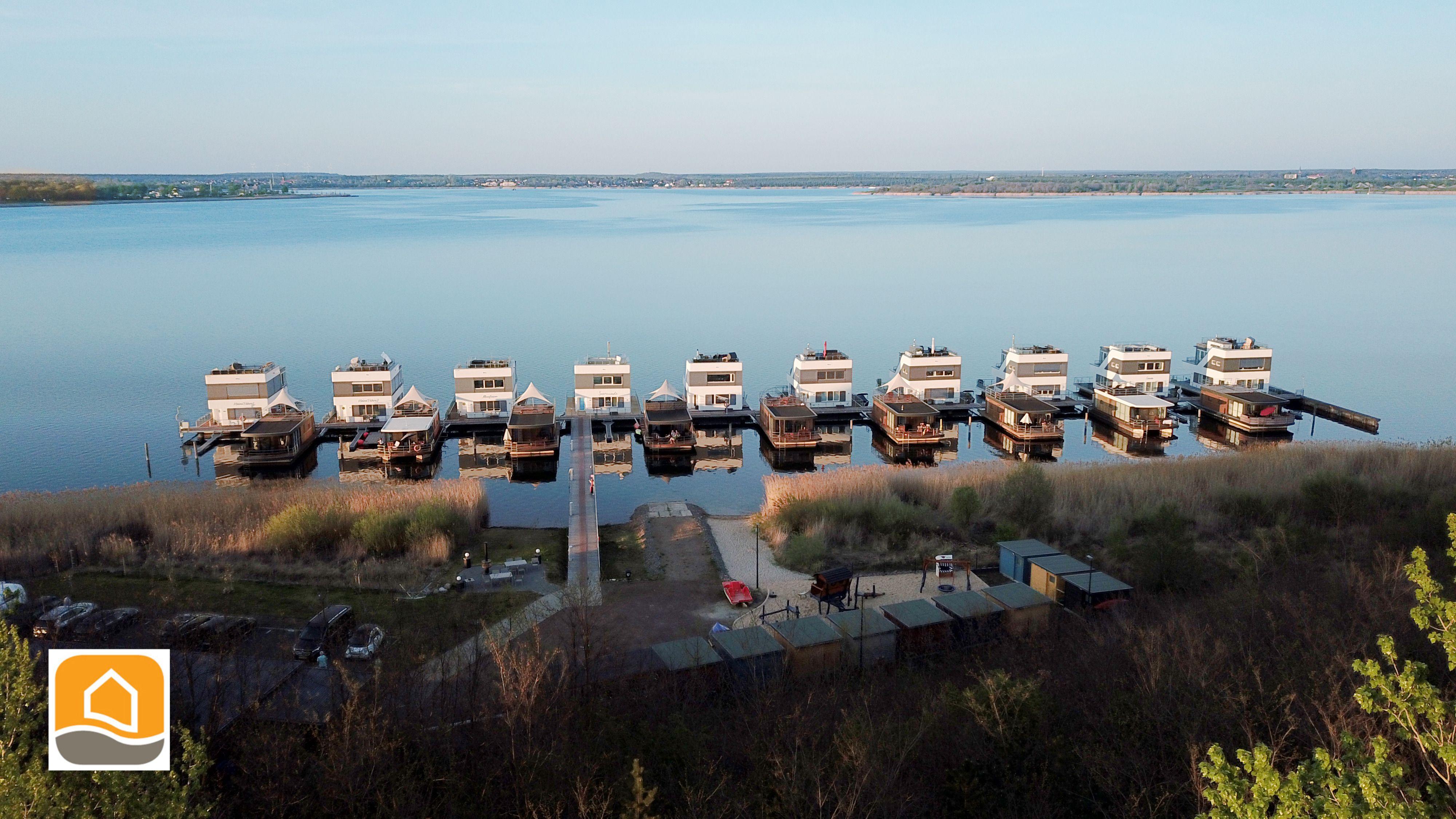 Schwimmende Ferienhausanlage der floating house GmbH im