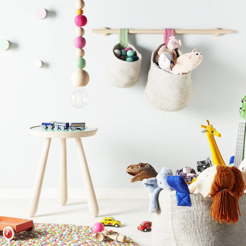 O lampa simpla si jucausa ce rezulta din combinatia intre lana moale, pufoasa si viu colorata si lemnul tare si robust. Completeaza cu un bec neobisnuit si combina cele 3 modele de culori pentru un adevarat festin al ochiilor.
