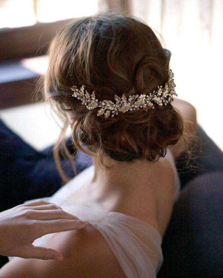 pretty nice ee9ec bb39a Pettinature sposa, capelli ricci, fermaglio da sposa, abito ...