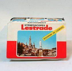 """Stéréoscope """"souvenir de Lourdes"""" - 24€ Stéréoscope vintage 1960 / 1970, souvenir de Lourdes.  Boîte d'origine contenant un stéréoscope Simplex de couleur verte (3D viewer), ainsi que 6 planches """"stéréocartes"""" dans leur enveloppe d'origine."""