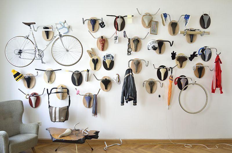 Trofei di caccia: Parti riproposti Vintage Bike Convertito in funzionali tassidermia Racks scultura upcycling tassidermia umorismo biciclett ...