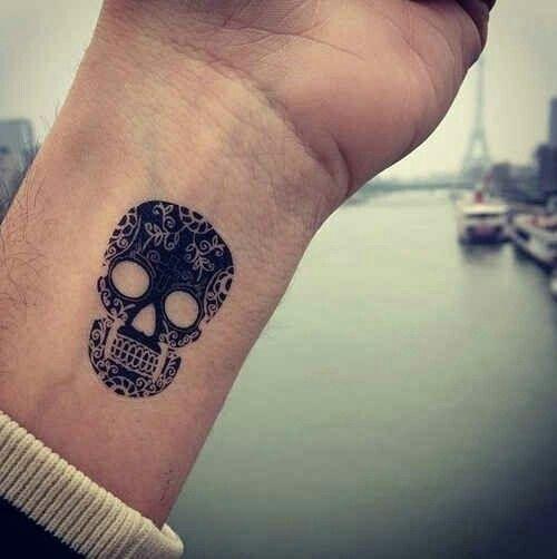 Tatouage Minimaliste Tete De Mort Mexicaine Tatouage Poignet Idee Tatouage Poignet Tatouage Calavera