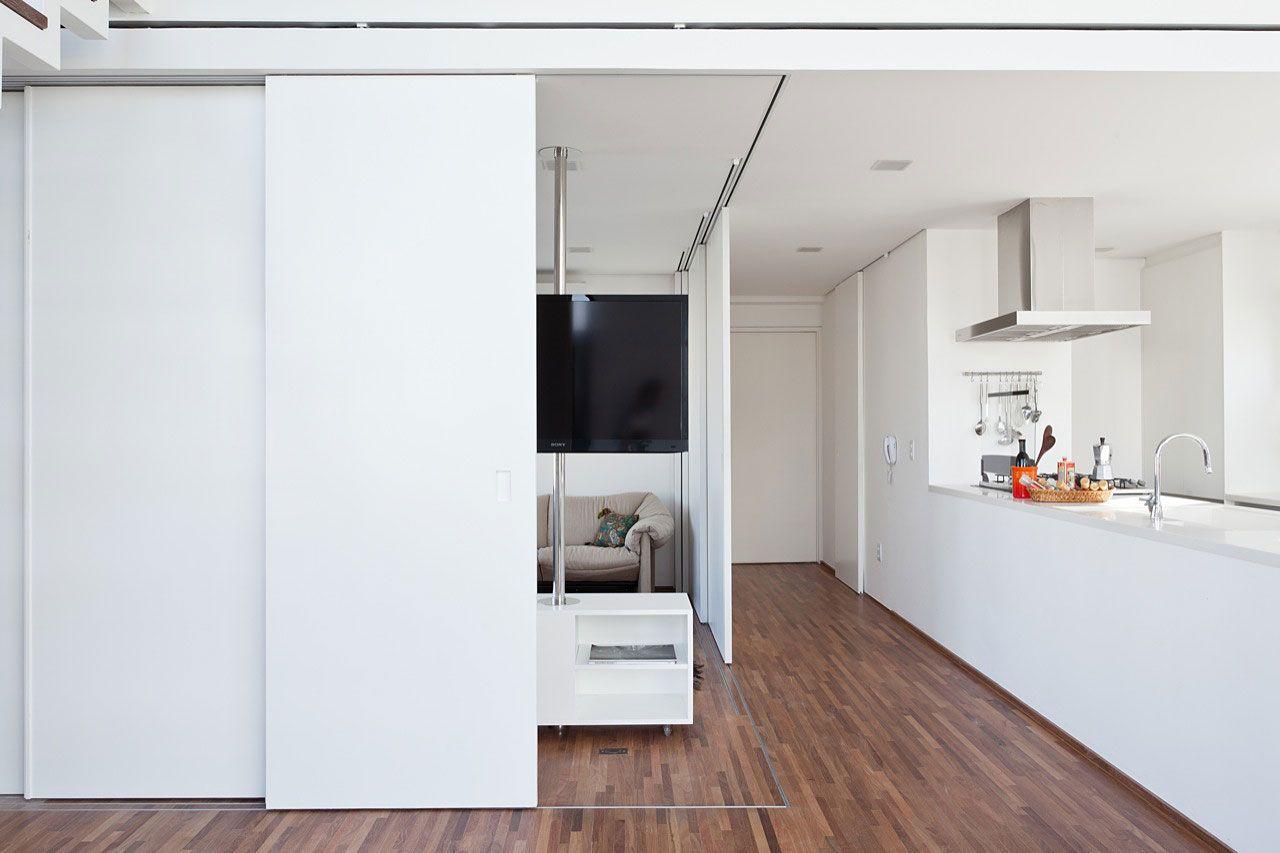 cocina blanca en entrada, oculta tras paneles móviles | kitchen ...