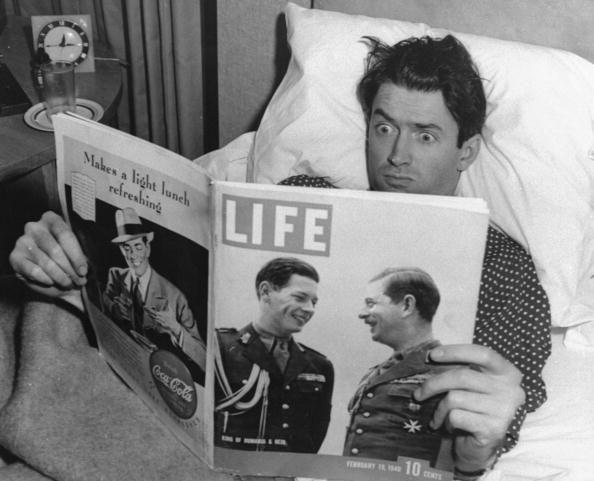 James Stewart leyendo la revista LIFE