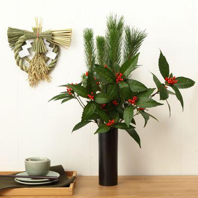 松は「子孫繁栄」、千両は「お金がたまる」といわれる縁起物としてお正月前に飾ります。この基本のセットに、お好みの花を追加して飾るのもおすすめです。