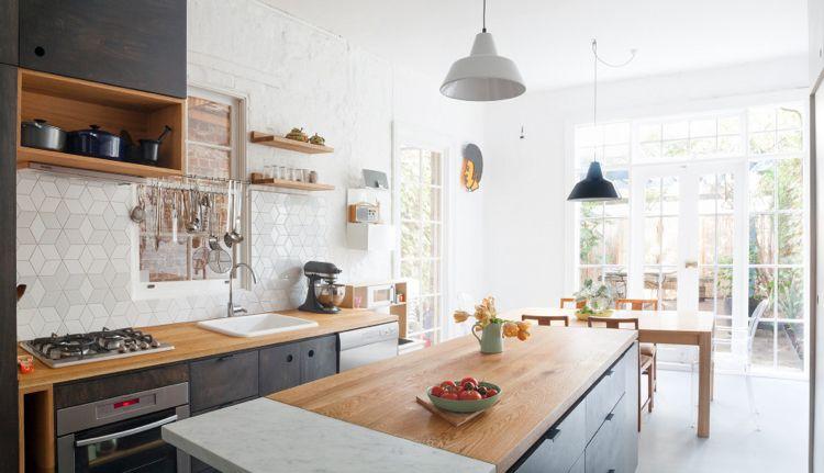 moderne Küche mit viel Stauraum Holz Arbeitsplatte schwarze Fronten
