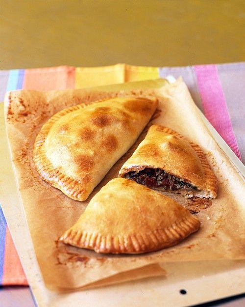 Empanadas: un reposteria frita que dentro de una masa doblada hay fruta.