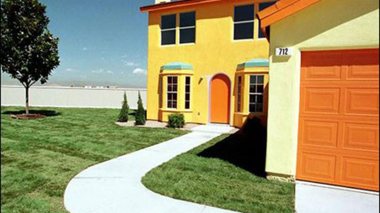 TIL that there was once a real-life replica of The Simpsons house made for a contest. It was re-created from footage of more than 100 episodes of the show to get every facet of the house right. The winner however chose to accept a cash prize instead.