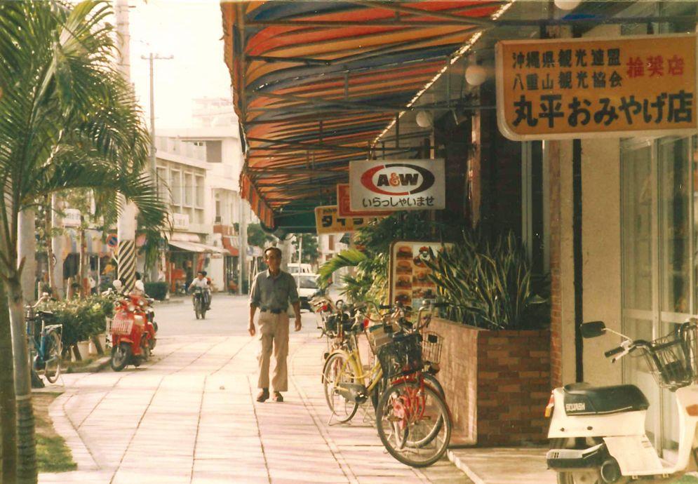 A&W沖縄アーカイブスVOL.15  バブル崩壊後の1990年代、A&W沖縄は意欲的な展開を再開しました。1980年代は、FCの閉店・離脱に悩まされた期間でした。  しかし'90年代A&W沖縄は直営店を基軸に着実に店舗網を拡げていきました。直営9店、FC1店、合計10店を新たに開設しました。この間、閉鎖店は、直営・FC各店1店に留めました。 さらに、2000年に入り、スクラップ&ビルドにより店舗網の強化と経営体制の改善が行われてきました。また、この時期A&W沖縄は異業種への参入を計画していました! 次回のA&W沖縄アーカイブスをお楽しみに♩