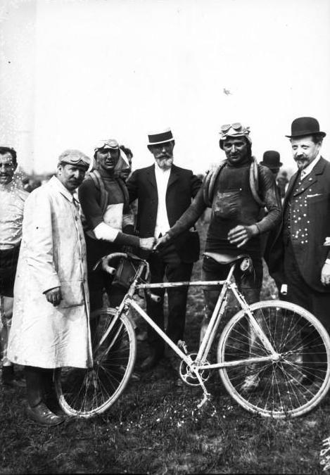 Tour de France 1909. 14^Tappa, 1 agosto. Caen > Parigi. Parc des Princes. Il vincitore del Tour, François Faber (1887-1915), a dx. stringe la mano a Jean Alavoine (1888-1943), vincitore dell'ultima tappa