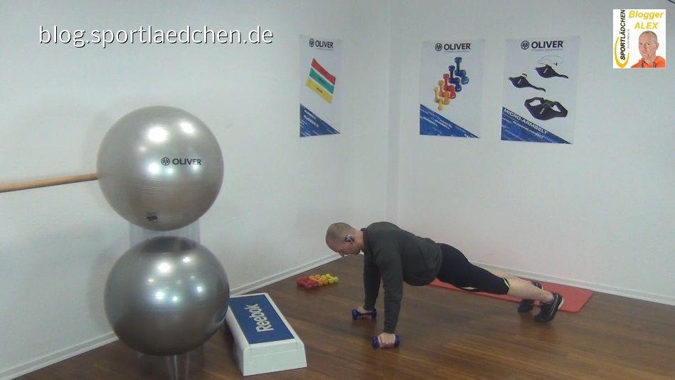Functional Training Übungen Liegestuetz mit Armheben 1