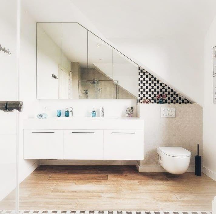 Duża łazienka z dwiema umywalkami i drewnianą podłogą. # ...