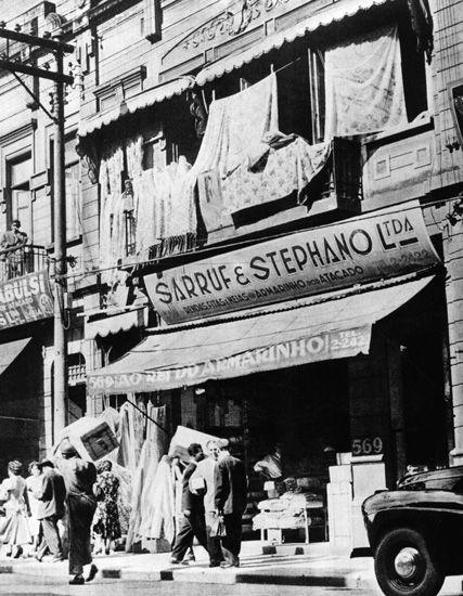 1ff278efa Armarinho de imigrante sírio São Paulo (SP) - década de 50 - Memorial do  Imigrante   Museu da imigração