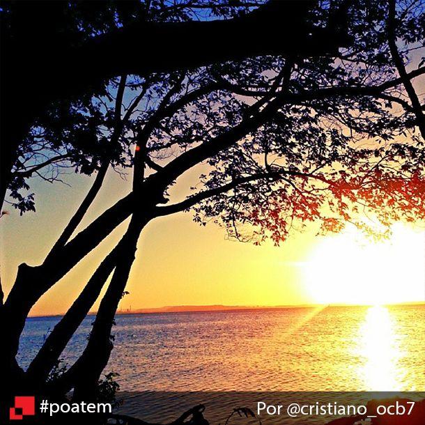 Mais um registro daqueles que a gente nunca cansa de admirar: o fantástico pôr do sol no Guaíba. Visto assim, pertinho dele, é mais lindo ainda! Pôr do sol no Guaíba por @cristiano_ocb7 #poatem #pordosol #sunset #igerspoa