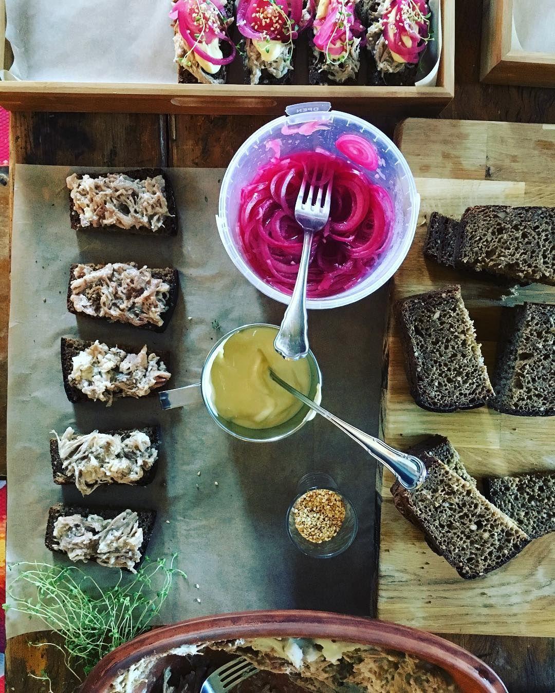 #didsomework #catering #slocooking #slowcookedpork #pickledonion #mustardmayo #korilaseköök