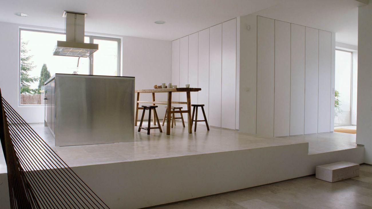 Cocina con paredes de armarios y diferentes alturas que la separan ...