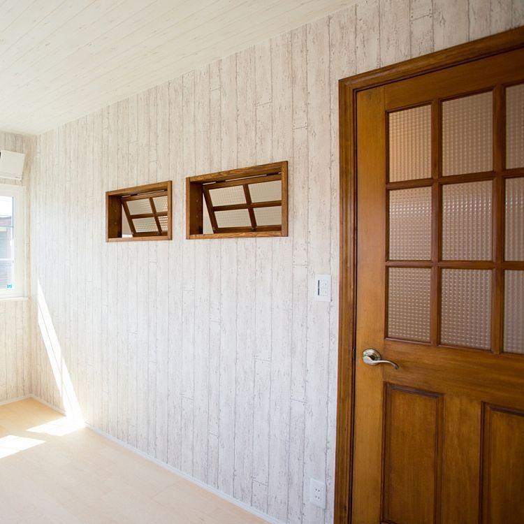 壁 天井 福井建設 板張りクロス 室内窓 無垢ドア などのインテリア