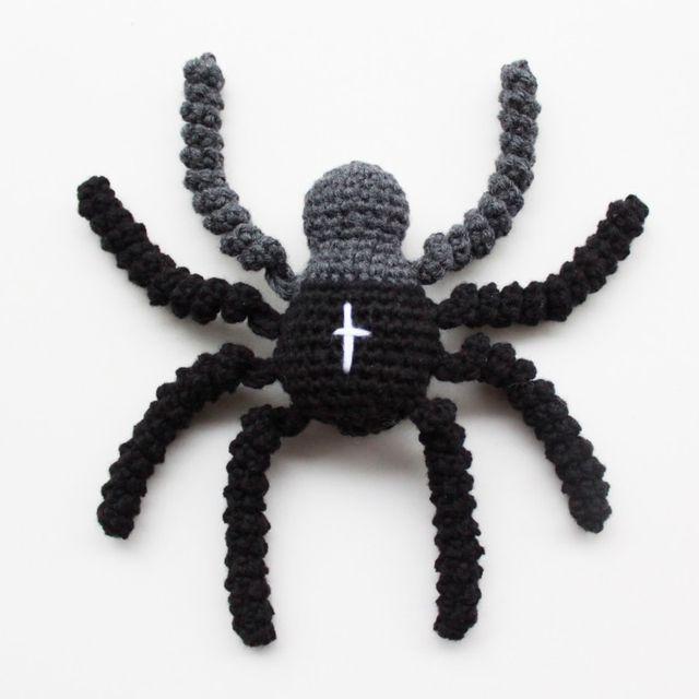 Jeg har hæklet et par små edderkopper som kunne være et fint alternativ til de hæklede sprutter og derfor deler jeg her min opskrift. Hvis du bruger opskriften (og har en blog) så giv et praj og jeg l