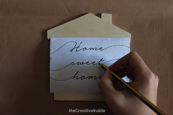 casetta di legno con frase home sweet home me creative inside