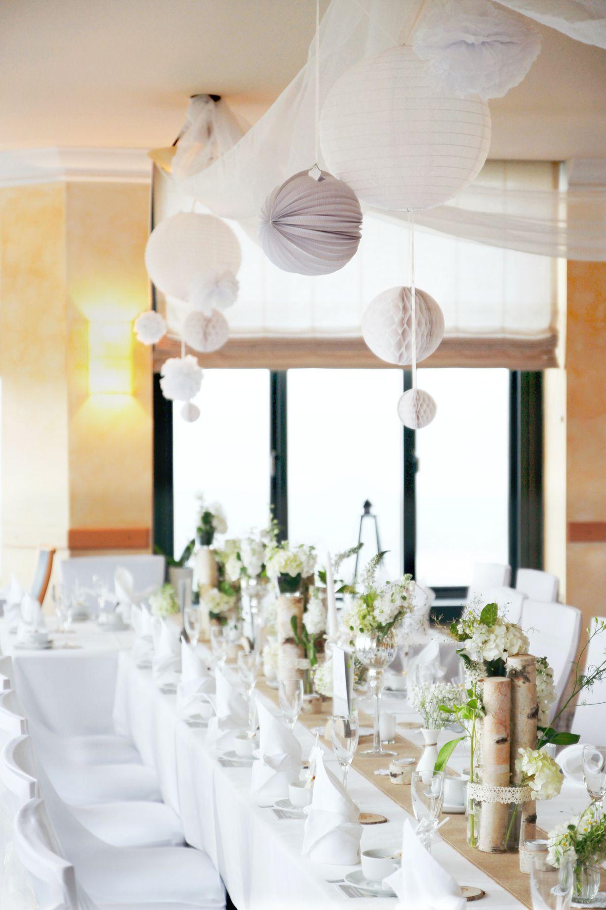 Eine Festtafel Wie Sie Im Buche Steht üppig Natürlich Dezent Birke Vintage Jute Spitzendeckchen Wei Tischdeko Hochzeit Hochzeit Deko Hochzeitsdeko