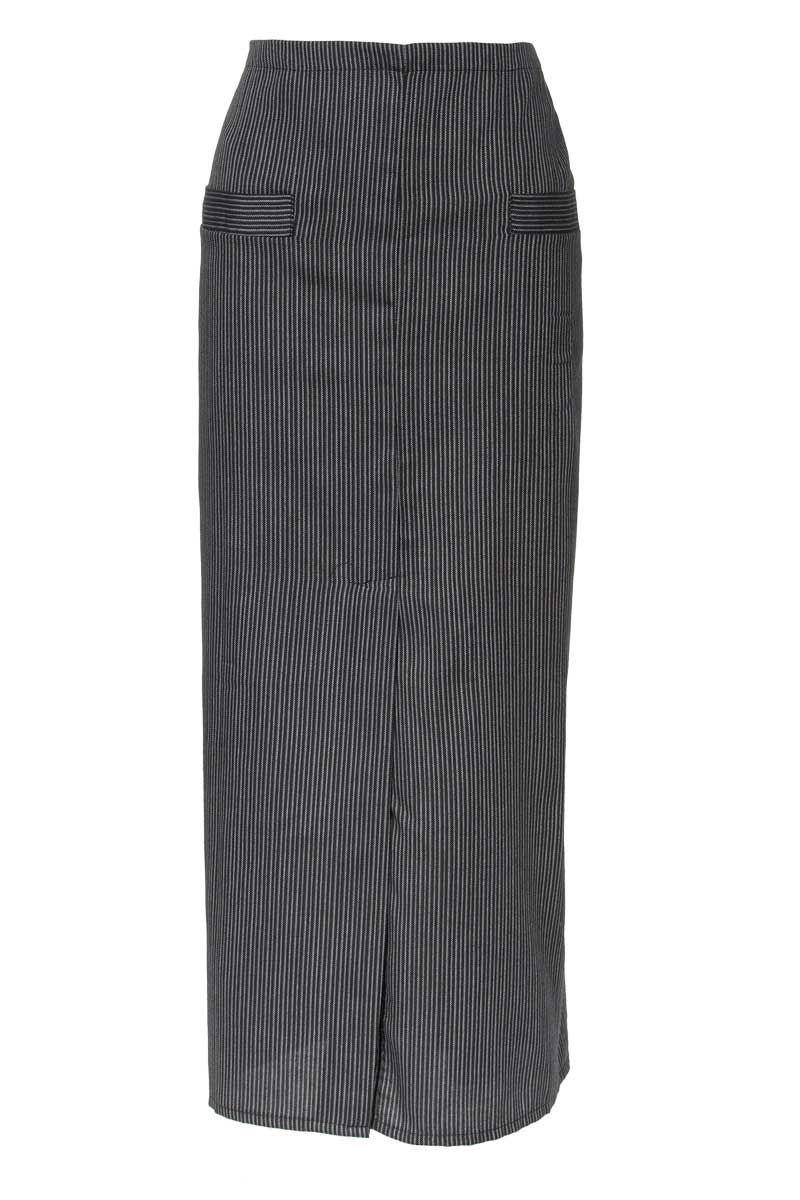Nuestro delantal de 94 cm de largo x 108cm de ancho, dispone de un corte central de 50cm de largo. Sus dos bolsillos cortados de 18cm de ancho x 22cm de alto, uno en cada lado, facilitan la organización de sus usuarios. Cintas del mismo tejido que el delantal de 85 cm en cada lado. Tejido resistente a la lejía (Indanthren), muy fresco y rico en algodón. #MasUniformes #RopaLaboral #UniformesDeTrabajo #VestuarioOnline #Artel