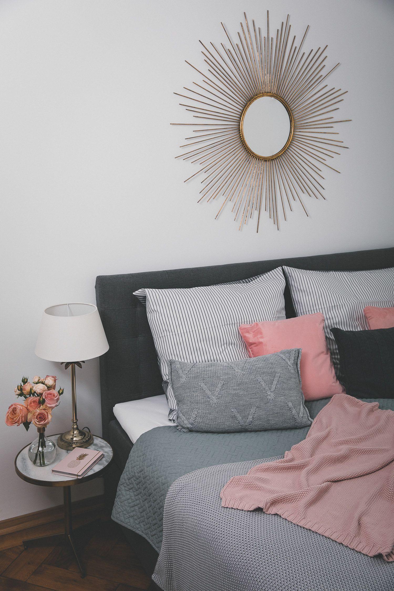 Uberlegen Unser Neues Schlafzimmer Mit Einem Boxspringbett, Verschiedene Decken Und  Kissen Auf Dem Bett, Blumen