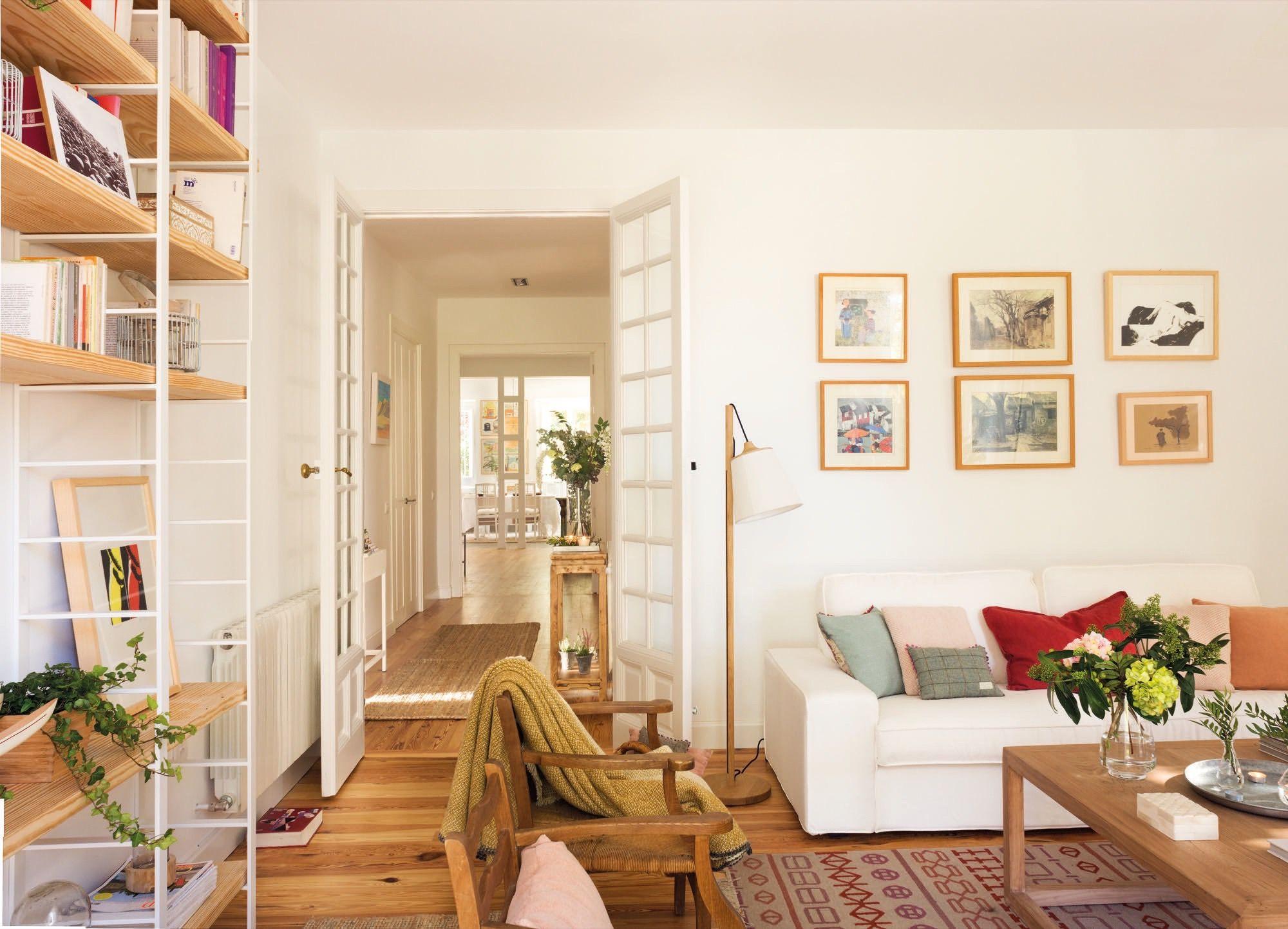 Untitled Panorama7. salon blanco con sofa con cojines y mesa de ...