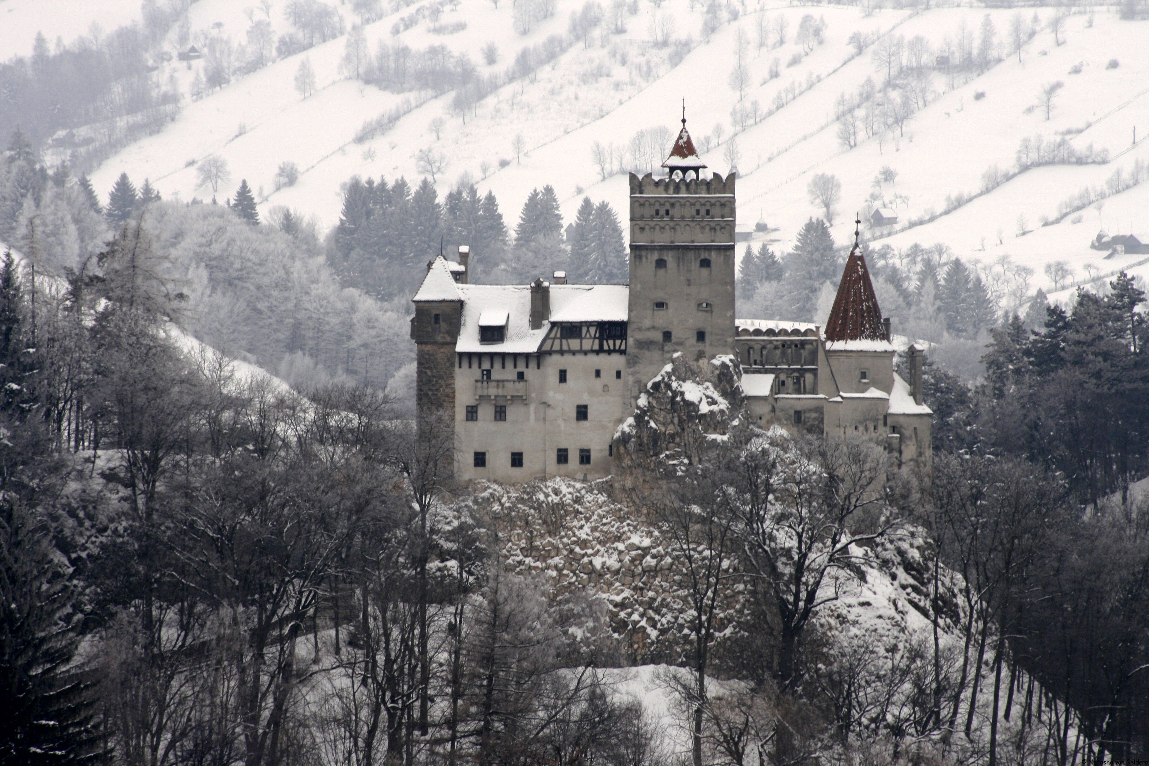 real castles in mountains pictures | Destination Romania: Bran Castle and Transylvania - World Wandering ...