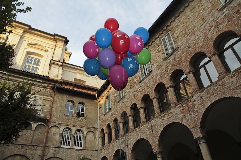 """Contemporary locus 3 Bergamo, ex Hotel Commercio, Cortile Vlad Nanca Performance site spefic da """"Terrorist Balloon"""", 2012 Foto © Maria Zanchi"""