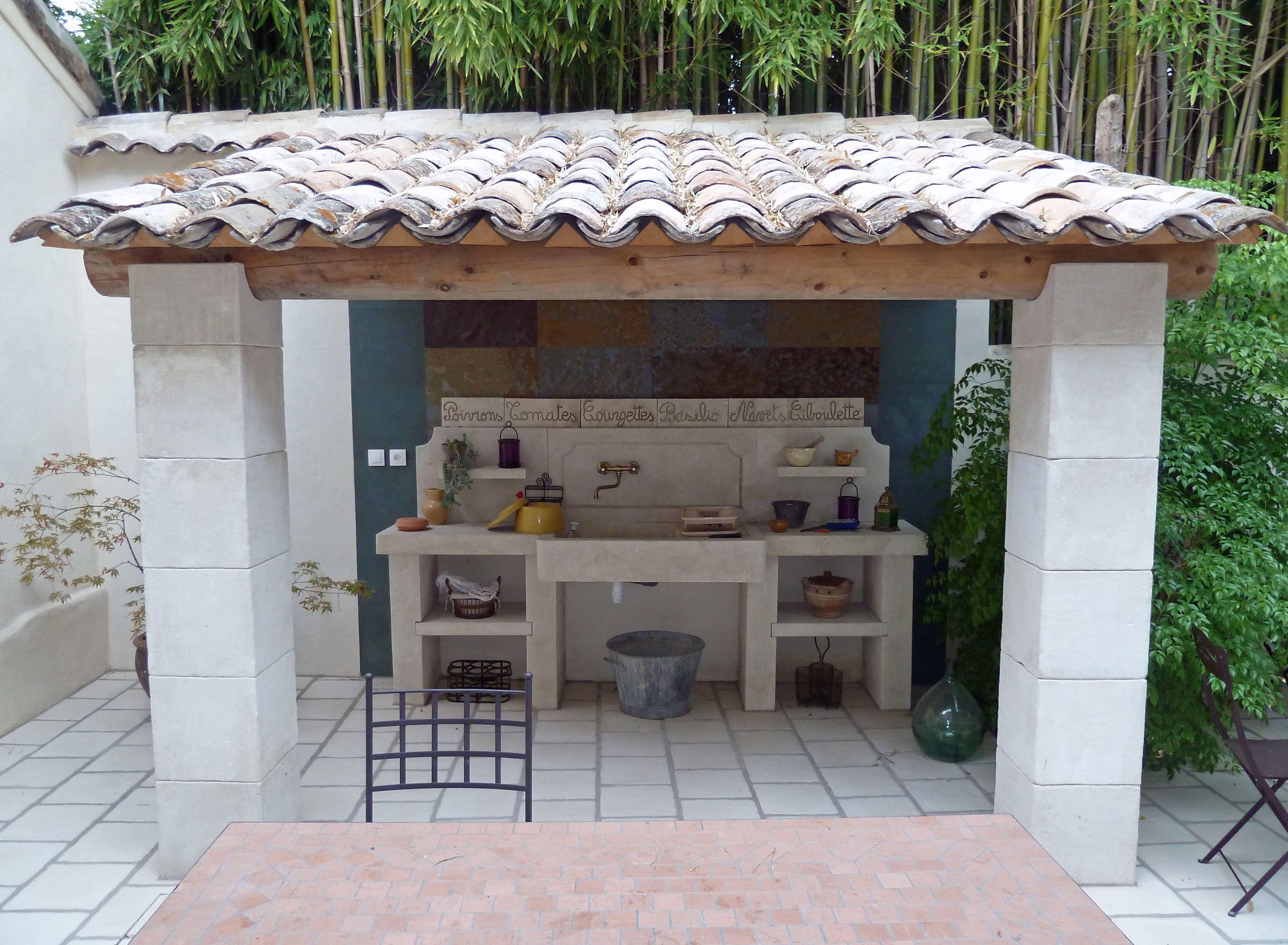 Cette cuisine d'extérieur en pierre naturelle est joliment