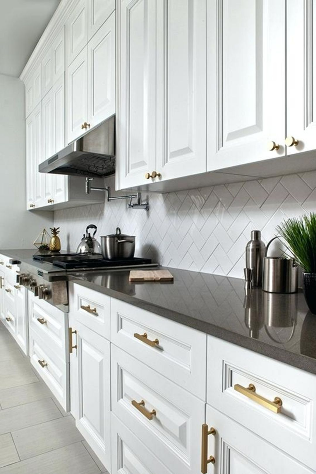 15 Awesome Classic White Kitchen Cabinets Ideas You Have To See Dexorate Classic White Kitchen Classic Kitchen Cabinets Traditional Kitchen Cabinets