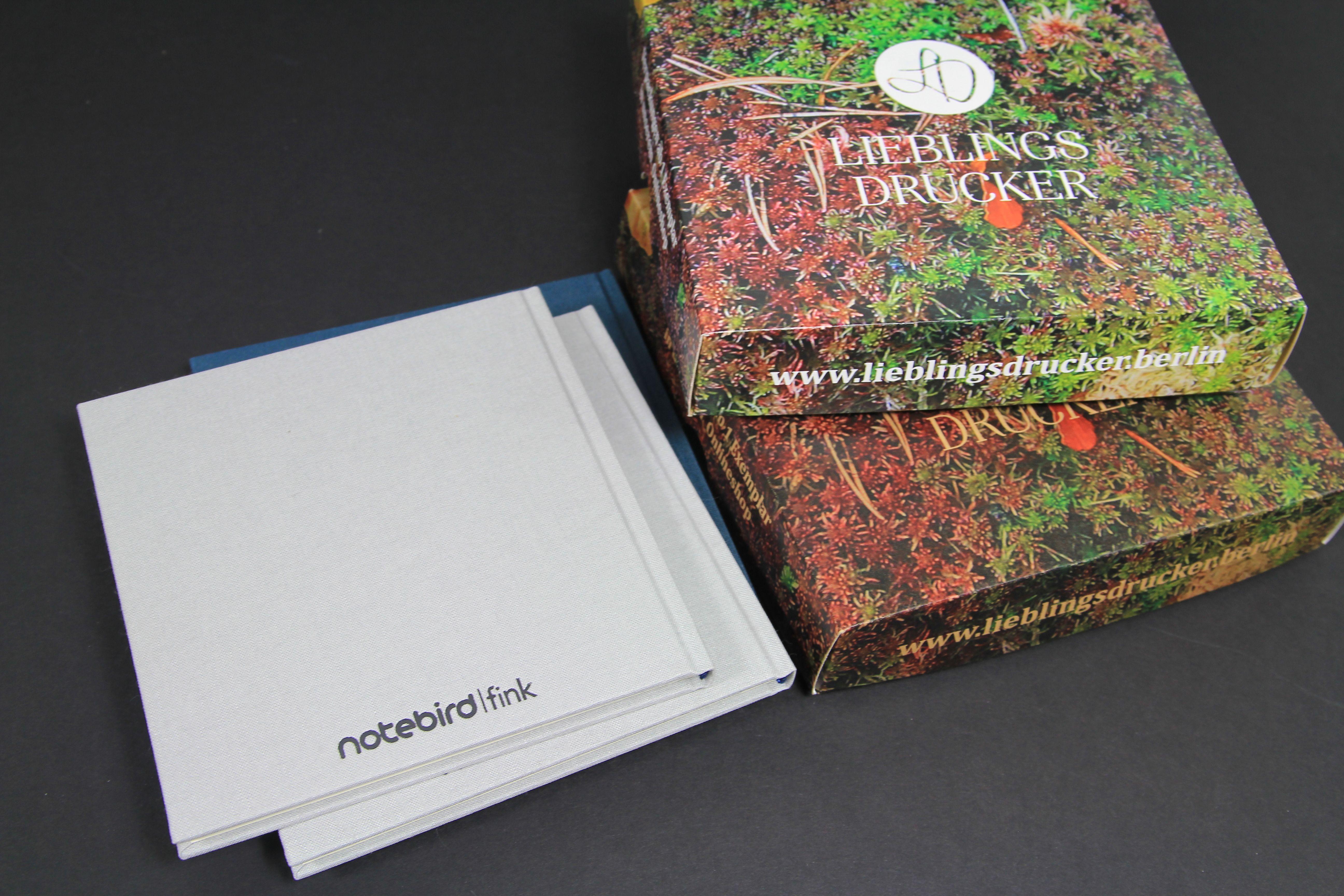 Individuelle Verpackungen auf einer Auflage von einem Exemplar (1 Expl.) in unserem Onlineshop unter lieblingsdrucker.berlin bestellen. Dabei kann zwischen der Weißen und der brauen Seite gewählt werden!
