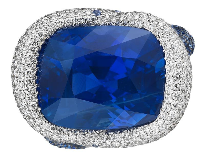CHOPARD 2016 RED CARPET COLLECTION ~ Ring</b> in 18ct white gold featuring a 20.9cts cushion–shaped sapphire and set with brilliant–cut diamonds and brilliant–cut sapphires
