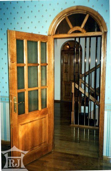 Деревянные двери дома арочные. HOLMFORT.