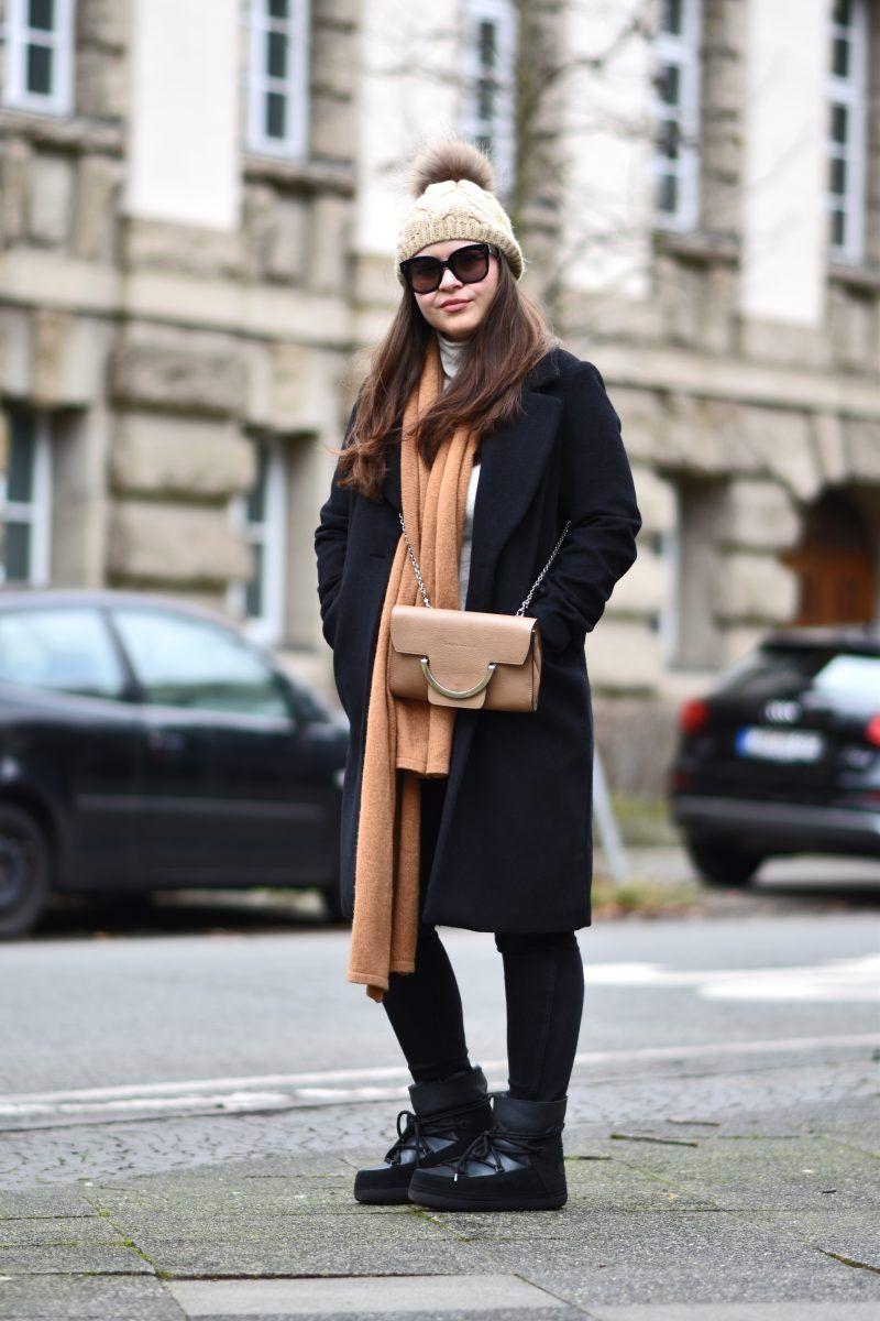 IKKII Boots Outfit mit Rollkragen Pullover und Mantel in