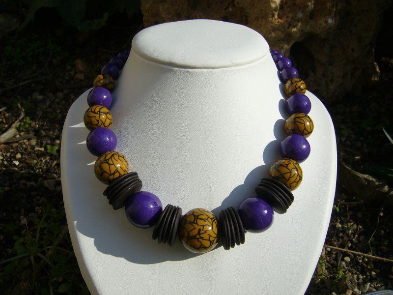 collier ethnique (boules jaunes et violettes)