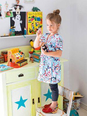 burda style, Schnittmuster für Kinder - Schnell genäht ist das luftige Wickelkleid, das im Herbst auch über Rolli und Jeans gestylt werden kann. Nr. 132 aus 10-2015. Foto: Daniela Reske